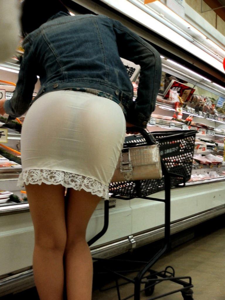 イオンで買い物する人妻