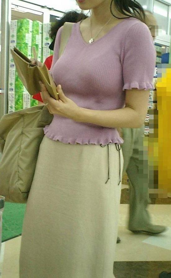 スーパーにいる魅力的な人妻